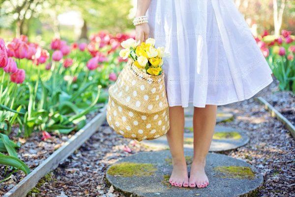 白色裙子光着脚丫的女生