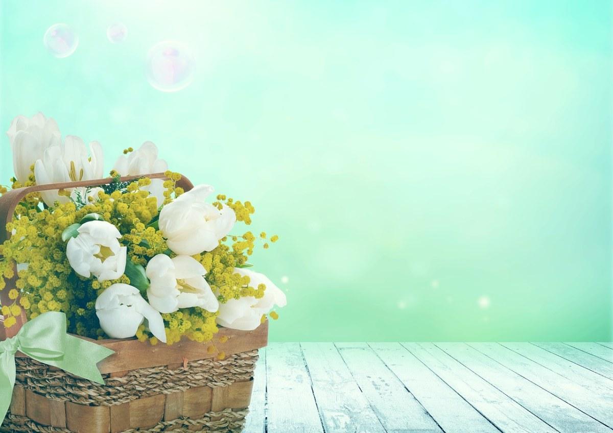 竹篮里的花束背景图