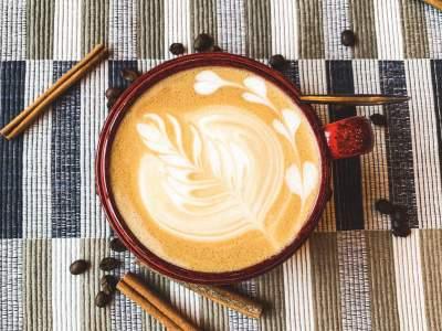 俯视一杯咖啡的图片