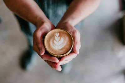 双手捧着一杯咖啡