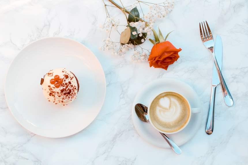 咖啡与盘子里的甜点