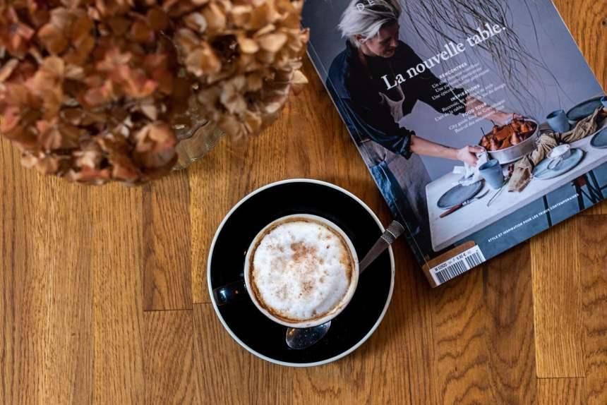 桌面上的一杯咖啡与杂志